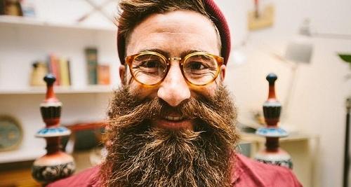 Voici un homme barbu avec des lunettes