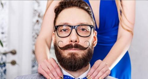 Voici un homme barbu avec une moustache de style guidon