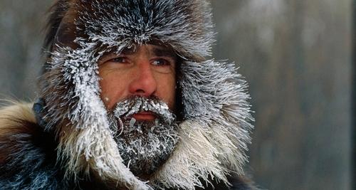 Voici un homme avec la barbe couverte de neige