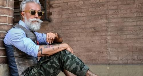 Voici un vieil homme barbu paraissant plus jeune que son âge