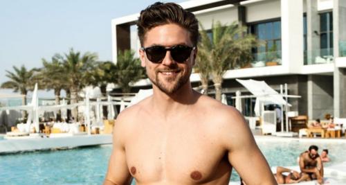Homme avec une barbe courte durant les vacances