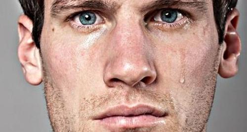 Voici un homme pleurant puisqu'il ne peut pas se laisser pousser une barbe